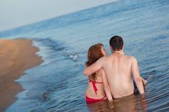 Pares que se sientan en agua Fotografía de archivo libre de regalías