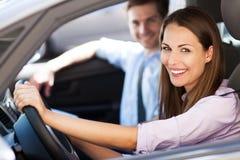 Pares que se sientan en coche Foto de archivo