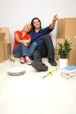 Pares que se sientan en nuevo hogar Imagen de archivo