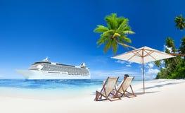 Pares que sentam-se na praia tropical Foto de Stock Royalty Free