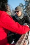 Pares que sentam-se no banco no inverno Fotografia de Stock