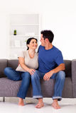 Pares que sentam-se no sofá Fotografia de Stock Royalty Free