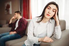 Pares que sentam-se no sofá, conceito do abuso imagem de stock
