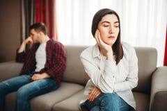 Pares que sentam-se no sofá, conceito do abuso fotografia de stock royalty free