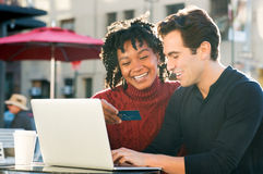 Pares que shooping em linha com cartão de crédito foto de stock