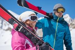 Pares que sostienen el esquí fotografía de archivo