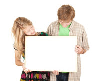 Pares que sostienen la cartelera en blanco, cartel Imagen de archivo