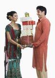 Pares que sostienen los regalos en Diwali