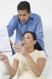 Pares que sostienen tarjetas de crédito Foto de archivo libre de regalías