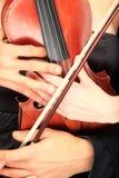 Pares que sostienen un violín Imágenes de archivo libres de regalías