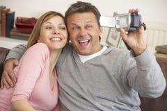 Pares que sostienen una cámara de vídeo Fotos de archivo libres de regalías