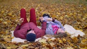 Pares que sueñan despierto que disfrutan de la fecha romántica en otoño almacen de metraje de vídeo