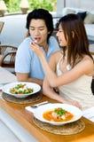 Pares que têm o almoço Imagem de Stock Royalty Free