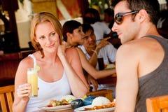 Pares que têm o almoço Fotografia de Stock Royalty Free