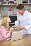 Pares que têm o almoço de funcionamento no escritório domiciliário junto Imagens de Stock Royalty Free