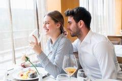 Pares que têm o almoço no restaurante gourmet rústico imagem de stock royalty free