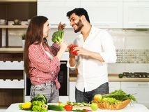 Pares que têm o divertimento durante a preparação da refeição Imagens de Stock
