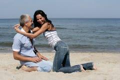 Pares que têm o divertimento na praia Imagens de Stock