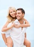Pares que têm o divertimento na praia fotografia de stock royalty free