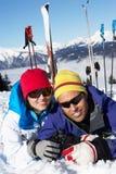 Pares que têm o divertimento no feriado do esqui nas montanhas imagem de stock