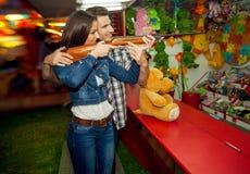 Pares que têm o divertimento no parque de diversões Fotografia de Stock