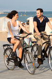 Pares que têm o fon em bicicletas Imagens de Stock Royalty Free