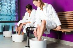 Pares que têm o footbath da água da hidroterapia Imagem de Stock Royalty Free