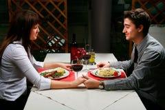Pares que têm o jantar Foto de Stock Royalty Free