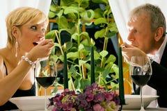 Pares que têm o jantar no restaurante Fotografia de Stock
