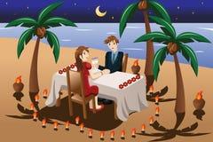 Pares que têm o jantar romântico da luz da vela ilustração royalty free