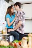 Pares que têm o sexo na cozinha doméstica Fotografia de Stock Royalty Free