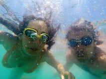 Pares que têm o underwater do divertimento no mar Imagens de Stock