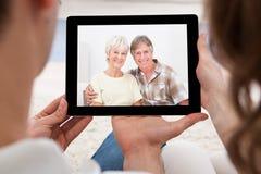 Pares que têm a videoconferência imagens de stock royalty free