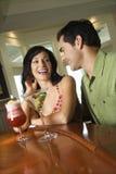 Pares que tienen bebidas Imagen de archivo