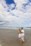 Pares que tienen caminata romántica en una playa Fotos de archivo
