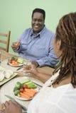 Pares que tienen comida sana junto Imágenes de archivo libres de regalías