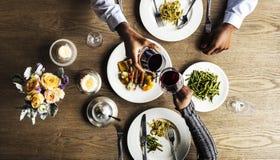Pares que tienen fecha de la cena en el restaurante fotografía de archivo