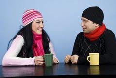 Pares que tienen una conversación divertida Foto de archivo libre de regalías