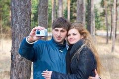 Pares que tomam a foto com câmera Foto de Stock