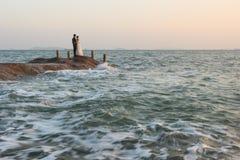 Pares que tomam fotos do casamento no beira-mar imagens de stock