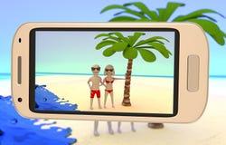 Pares que tomam uma imagem na praia Imagens de Stock Royalty Free