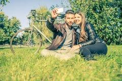 Pares que toman el selfie Fotos de archivo libres de regalías