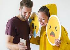 Pares que toman el selfie con emojis Fotos de archivo