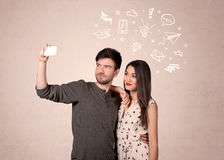 Pares que toman el selfie con los pensamientos ilustrados Fotografía de archivo libre de regalías