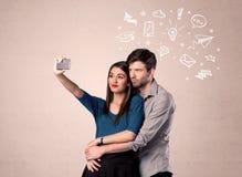 Pares que toman el selfie con los pensamientos ilustrados Foto de archivo