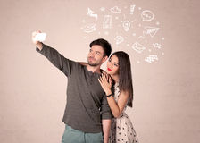 Pares que toman el selfie con los pensamientos ilustrados Fotos de archivo libres de regalías