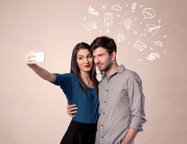 Pares que toman el selfie con los pensamientos ilustrados Imagen de archivo libre de regalías