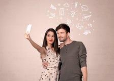 Pares que toman el selfie con los pensamientos ilustrados Fotos de archivo