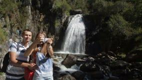 Pares que toman la imagen del selfie de la cascada metrajes