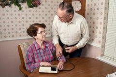 Pares que toman la presión arterial Imagenes de archivo